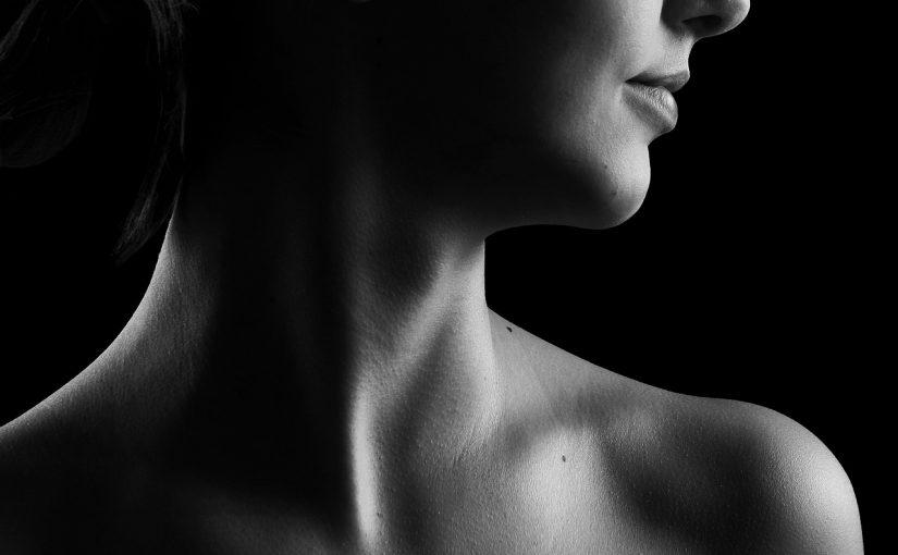 Что вызывает ощущение сдавленности в горле и как можно избавиться от этого симптома?