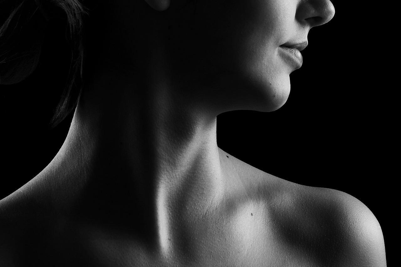 Почему давит в горле и как это вылечить