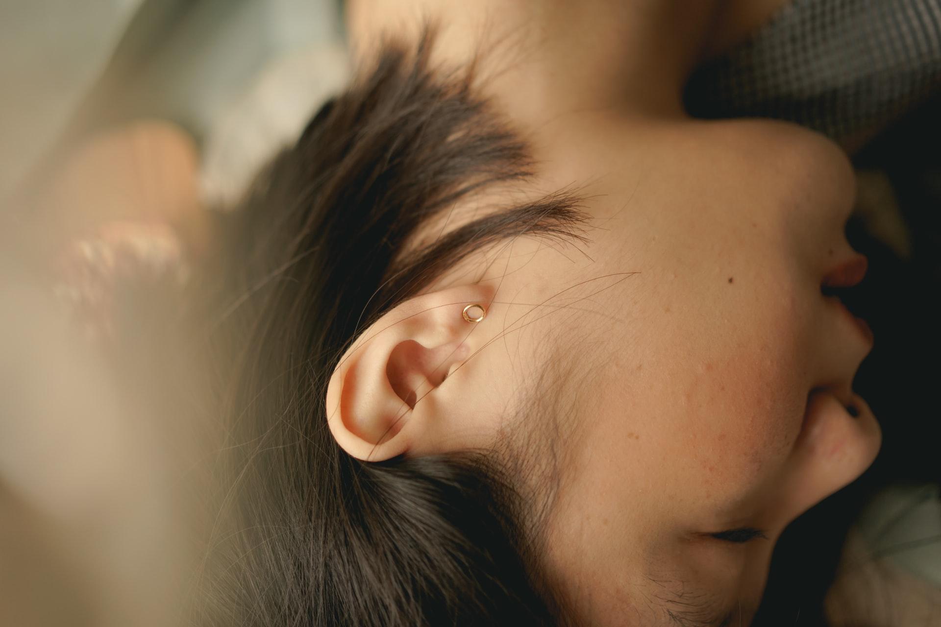 Жёлтые выделения из уха - симптомы, причины и лечение